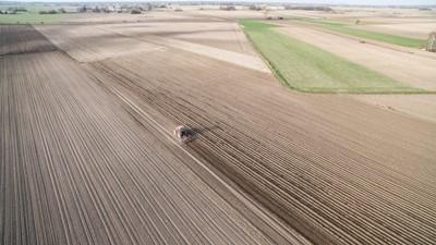 Kluby za nowelizacją ustawy ws. wstrzymania sprzedaży ziemi rolnej